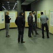 Einige Interessierte schauen sich die Informationstafeln über die Windenergie im Kanton Thurgau an. (Bild: Petra Gruber)