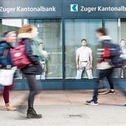 Auffällig: Adrian Elsener, Marcel Bieri und Marcel Betschaft (links) sind drei der zwölf Zuger Schwinger, die an Kantonalbank-Filialen prangen. (Bild: Patrick Hürlimann, Zug, 5. März 2019)