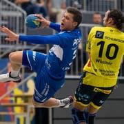 Marcel Lengacher vom HC Kriens-Luzern (links) schliesst einen Angriff mit einem Wurf aufs Tor ab. (Bild: Philipp Schmidli (Kriens, 8. September 2018))