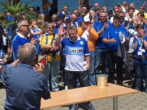 Gastgeber und Held von 1989, Hansi Burri, lässt sich von den zahlreichen Supportern feiern. (Bild: Daniel Wyrsch (Sempach, 8. Juni 2019))