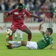 Winterthurs Ousmane Doumbia gegen St.Gallens Moreno Costanzo. (Bild: KEYSTONE/Melanie Duchene)