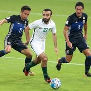Stürmerstar Mohammed Al-Sahlawi (Mitte) gegen Japan. (Bild: AP Photo)