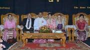 An der Hochzeit von Htu Htu: Martin und Ruth Portmann umrahmen das Brautpaar. (Bild: PD)
