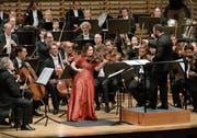 Die Solistin Patricia Kopatchinskaja (Violine) und die Berliner Philharmoniker unter der Leitung von Kirill Petrenko. (Bild: Peter Fischli/Lucerne Festival)