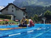 Badebetrieb im Freibad Sonnenberg in Engelberg. (Bild: Egon Auchli/PD (27. Juli 2018))