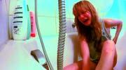 In der Badewanne. (Bild: Screenshot)