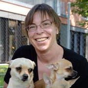 Lisa Goldinger, die neue Präsidentin des Tierschutzvereins Steckborn, mit drei Chihuahuas. (Bild: Nana do Carmo)