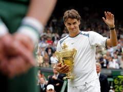 Wimbledon 2005: Federer vs. Roddick 6:2, 7:6 (7:2), 6:4«Ich brauche jetzt erst einmal ein Bier», übt sich Andy Roddick nach der zweiten Final-Niederlage in Galgenhumor. «Roger ist der Beste der Welt und wird immer noch besser.» Auf dem Weg zum Titel gibt Roger Federer nur einen Satz ab und wird der dritte Spieler nach Björn Borg und Pete Sampras, der in Wimbledon drei Mal in Folge gewinnt. «Das ist wahrscheinlich der beste Match, den ich je gezeigt habe», sagt Federer. Am Tag darauf feiern ihn 3000 Basler auf dem Marktplatz.
