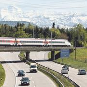 Die Preis-Schere zwischen Schienen- und Strassenverkehr wird immer grösser. (Quelle: Preisüberwacher, Foto: Keystone, Grafik: Micha Wernli)
