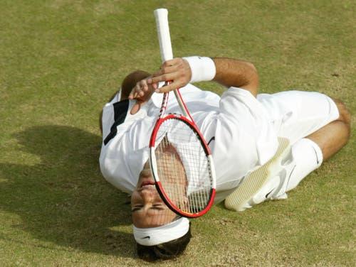 Wimbledon 2004: Federer s. Roddick 4:6, 7:5, 7:6 (7:3), 6:4«Als ich auf den Platz lief, hatte ich schon kalte Hände. Ich spürte, wie gut Roddick spielen würde», sagt Federer nach dem Finals. Mehrmals wird die Partie wegen Regens unterbrochen, letztmals, als Federer im dritten Satz mit 2:4 hinten liegt. In der Kabine berät er sich mit seinem Physiotherapeuten, Pavel Kovac, und Freund Reto Staubli und beschliesst, mehr Serve-and-Volley zu spielen. Die Rechnung geht voll auf. Nach dem Matchball fällt Federer wieder auf die Knie. «Ich weinte auch diesmal». Als Titelhalter und Nummer 1 der Welt habe er mehr Druck verspürt als noch im Vorjahr.