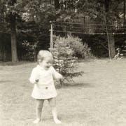 Hedwig Nathalie van Ingen mit etwa zwei Jahren in Warnsveld, Niederlande, glücklich im Freien. Die spätere Kindheit ist belastet von Unklarheit und Liebesentzug. (Bild: Privat)