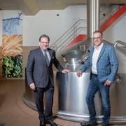 August Gresser, Gründer der Initiative Slow Brewing (links), und Schützengarten-Geschäftsleiter Reto Preisig im Sudhaus der ältesten Brauerei der Schweiz. (Bild: Urs Bucher (St.Gallen, 28. März 2019)