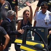 Die «Sea Watch 3»-Kapitänin Carola Rackete wird im Hafen von Porto Empedocle auf Sizilien von einem Polizeiboot in ein Auto überführt. (Bild: Guglielmo Mangiapane/Reuters, 1. Juli 2019)