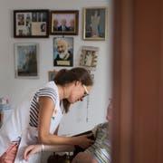 Eine Spitex-Mitarbeiterin bei der Arbeit. (Bild: Benjamin Manser)
