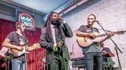 Gibt sein Schweizer Debüt am Lucerne Blues Festival: Rev. Osagyefo Sekou (Mitte). (Bild: PD)
