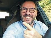 Smartphone aufs Armaturenbrett und los geht's: Auf Youtube kommt der Witz vom Olli direkt aus dem Auto. (Bild: PD)