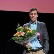 """Schriftsteller Peter Stamm erhält für sein Buch """"Die sanfte Gleichgueltigkeit der Welt"""" den Schweizer Buchpreis, am Sonntag, 11. November 2018, im Foyer des Theater Basel. (KEYSTONE/Peter Schneider)"""