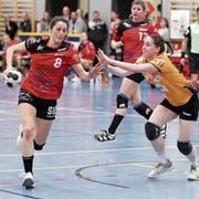 Kira Klein (links) und die NLB-Frauen des HSC Kreuzlingen haben den direkten Wiederaufstieg in die höchste Spielklasse fast schon auf sicher. (Bild: Mario Gaccioli, Kreuzlingen, 7. April 2019)