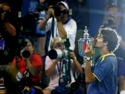 US Open 2005: Andre Agassi 6:3, 2:6, 7:6 (7:1), 6:1Es ist nicht gerade leicht für Roger Federer im Final gegen die amerikanische Legende Andre Agassi. Das Publikum ist klar auf Agassis Seite. «Das war schon recht extrem und härter als erwartet», so Federer dazu. Doch der Schweizer zieht sein Spiel durch und siegt. «Es ist sehr speziell diesen Final zu gewinnen, gerade unter diesen Bedingungen», so Federer direkt nach dem Triumph. «Agassi ist die wohl einzige noch aktive Legende. Vielleicht war dies der wichtigste Match in meinem Leben. »
