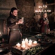 Hier sind nur Trinkhörner und mittelalterlich anmutende Becher in der Serie «Game of Thrones» zu sehen. IN einer anderen Einstellung war jedoch kurz ein Coffe-to-go-Pappbecher im Bild. Von links: die Schauspieler Kristofer Hivju, Kit Harington und Emilia Clarke. (Bild: Keystone/Helen Sloan/HBO via AP)