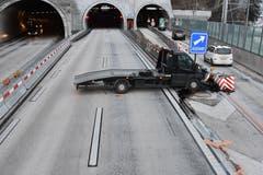 Hergiswil - 4. JanuarAuf der A2 ist ein Lieferwagenfahrer in einen Aufprallschutz gefahren. Der Lenker wurde verletzt. (Bild: Nidwaldner Polizei)