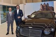 Beat Struchen (links), Geschäftsführer Amag Zug, und Anto Kaurinovic, neuer Standortleiter Bentley Zug, im Showroom von Bentley Zug. (Bild: PD)