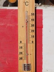 Kurz nach 13 Uhr zeigt das Thermometer an der Sonne 42 Grad an. (Bild: Stefan Hilzinger)