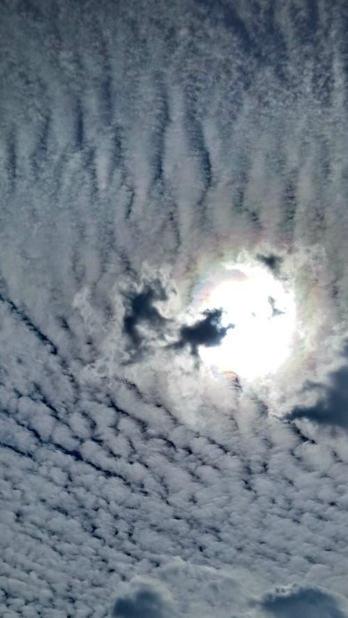 Am Gründonnerstag war ein kurioses Himmelbild in Flühli zu sehen, so Leserin Birgit Lötscher. «Die Wolken sahen aus wie ein Schneefeld. Bei der Sonne reitet eine Hexe auf dem Besen vom Teufel verfolgt.» (Bild: Birgit Lötscher, Flühli, 18. April 2019)