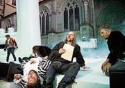 Die Gascogner Kadetten sind ausgelaugt von den Schlachten; Cyrano (Ingo Biermann) dichtet Liebesbriefe. (Bild: Ilja Mess)