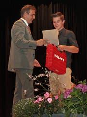 Der Grabser Florian Kunz nimmt mit der Note 5,4 den Hilti-Preis für den besten Berufsmaturitäts-Abschluss entgegen.
