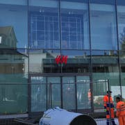 Mittlerweile ist der Eingangsbereich des neuen H&M-Ladens nicht mehr in Watte gepackt. (Bild: Samuel Koch)