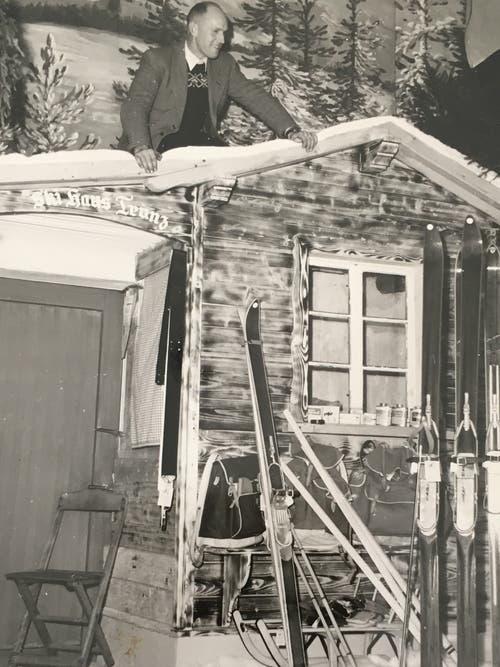 Ende der 1950er-Jahre fand im «Schweizerhof» in Uzwil die Weihnachtsausstellung des Gewerbevereins Oberuzwil statt. Karl Trunz (oben auf dem Bild) erstellte dafür ein Skihaus.