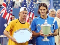 US Open 2004: Federer s. Hewitt 6:0, 7:6 ( 7:3), 6:0Auch den vierten Grand-Slam-Final gewinnt Roger Federer. Etwas, was ihn vor dem Final beunruhigt hat: «Ich hatte ein mulmiges Gefühl, weil noch nie jemand die ersten vier Grand-Slam-Finals alle gewonnen hat. Das hat mich nervös gemacht, denn mir war klar: Diesen Rekord kannst du nur heute knacken. Es gibt keine zweite Chance.» Roger Federer nutzt die Chance und besiegt Lleyton Hewitt, der davor keinen einzigen Satz abgegeben hatte, gleich in drei Sätzen.
