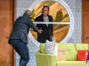 Einbrecher Selsdon (rechts Bruno Riedl) bringt Regisseur Lloyd (Matthias Albold) in Rage.