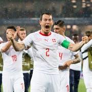 Captain Stefan Lichsteiner freut sich an der WM in Russland über den wichtigen 2:1-Sieg der Schweizer gegen Serbien (KEYSTONE/Laurent Gillieron)