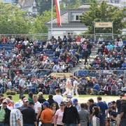 Volle Tribünen in der Schwingarena auf dem Herisauer Sportplatz Ebnet.