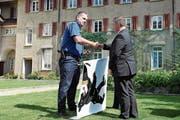 Christian Schmid erhält von Landesfähnrich Martin Bürki einen Dolch und damit das Kommando über die Innerrhoder Kantonspolizei. (Bild: MC)