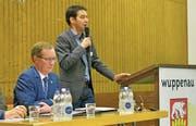 Regierungsrat Walter Schönholzer und Windenergie-Fachexperte Thomas Volken erläutern in der Wuppenauer Turnhalle die Änderung im Richtplan «Windenergie». (Bild: Mario Testa)