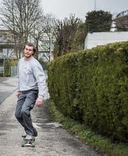 Daniel Roduner will vier Wochen lang sechs Stunden täglich auf dem Board stehen. (Bild: Adriana Ortiz Cardozo)