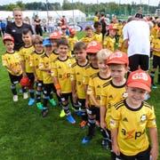 Leiterin Tanja mit den jüngsten Teilnehmern des Aadorfer Fussballcamps (Bild: Kurt Lichtensteiger)