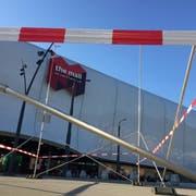 Das Baugespann bei der Mall of Switzerland zeigt an, wo der Sommer-Event-Bereich entstehen soll. (René Meier/luzernerzeitung.ch)