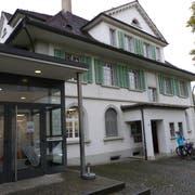 Die Aadorfer Gemeinde-und Schulbibliothek im Dorfzentrum. (Bilder: Kurt Lichtensteiger)