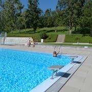 Nur noch wenige Besucher wagten sich in dieser Woche in das rund 18 Grad kalte Wasser im Aadorfer Freibad. (Bild: Kurt Lichtensteiger)
