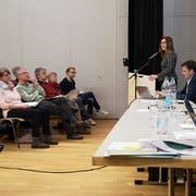 Gemeinderätin Sandra Stadler stellt der Versammlung das Projekt KiSee vor. (Bild: Martina Eggenberger Lenz)