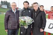 Sportchef Hans «Hasä» Stadler (links) und Präsident Danny Lüthi bedanken sich bei Heris Stefanachi für fünf tolle Jahre. (Bild: Beat Lanzendorfer)