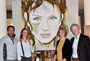 Das Bild «Green Eyes» wird für Giulia Wyss (zweite von links) zukunftsweisend sein; es wurde gemeinsam von ihren neuen Förderern Lilly Huber und Martin Nett erworben. (Bild: Heidy Beyeler)