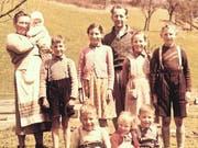 Foto der Familie Bätschmann im Jahr 1958: Vater Bernhard war Messmer der Kapelle, die im Hintergrund erkennbar ist. Mutter Berta hält die kleine Beatrice in ihren Armen. Das jüngste der neun Kinder war zu diesem Zeitpunkt noch nicht geboren. (Bild: PD)