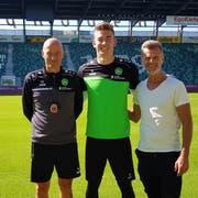 Jonathan Klinsmann (Mitte) mit Trainer Peter Zeidler (links) und Sportchef Alain Sutter. (Bild: pd)