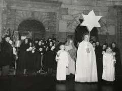 Der Sternengel und sein Gefolge brachten auch während der Kriegsjahre Licht in die Stadt Luzern - hier am 27. Dezember 1942 vor dem historischen Museum. (Bild: Chronik der Sternsinger (Stadtarchiv/D131))