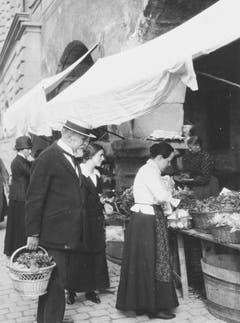 Carl Spitteler am Luzerner Wochenmarkt. (Bild: Nachlass Carl Spitteler, Schweizerisches Literaturarchiv, Bern)